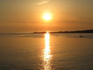 Sonnenuntergang am Meer. Was gibt es besseres als einen Spaziergang zu zweit.