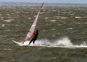 Die raue Nordsee eignet sich besonders gut für das Windsurfing.